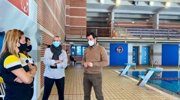 (Español) El alcalde visita las instalaciones deportivas.