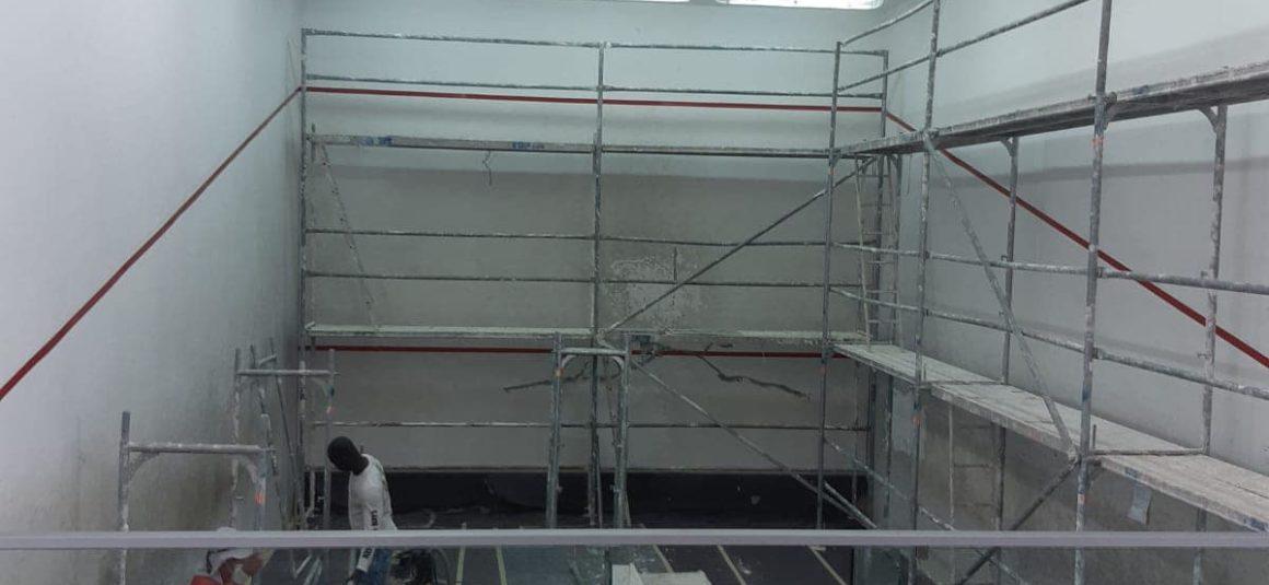 (Español) 🛠 Desde el día de ayer, se están  desarrollando trabajos de reparación y mejora de la pista de squash de la zona de raquetas municipal.