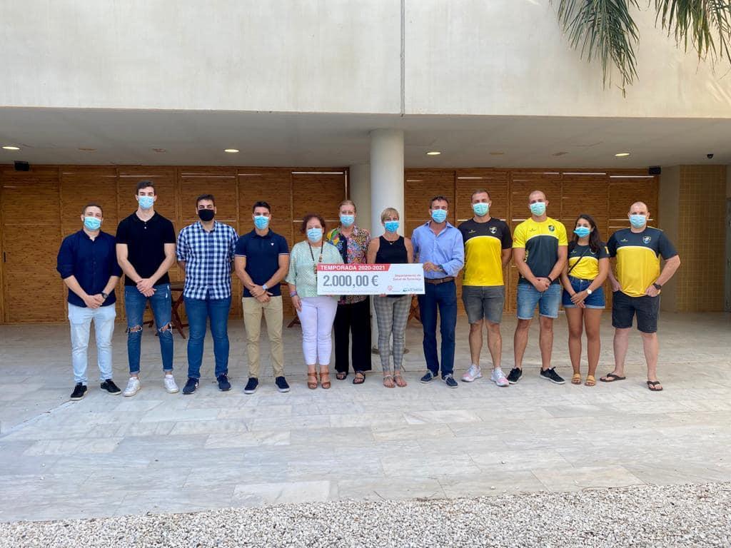 🤾♂️ Ribera Salud y el Hospital Universitario de Torrevieja renuevan su compromiso con el Balonmano Playa.